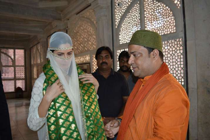 India Tv - Katrina Kaif offers prayers at Salim Chisti dargah