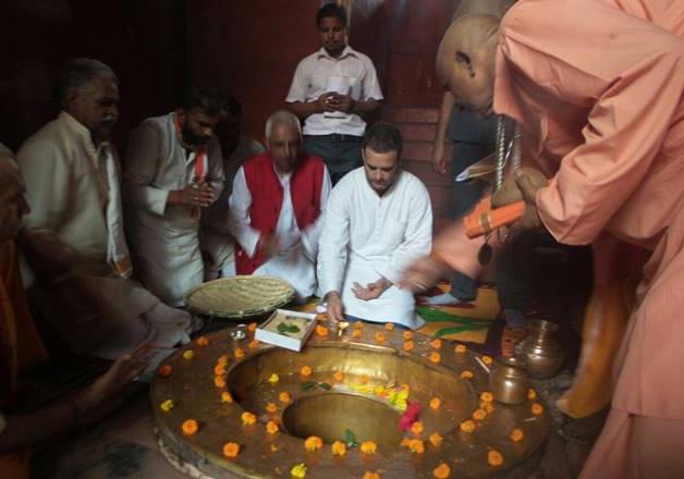 India Tv - Rahul Gandhi praying during the Kisan Yatra at Dudhnath temple