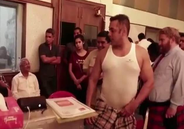 Salman Khan copies Shah Rukh Khan, wears 'lungi' for