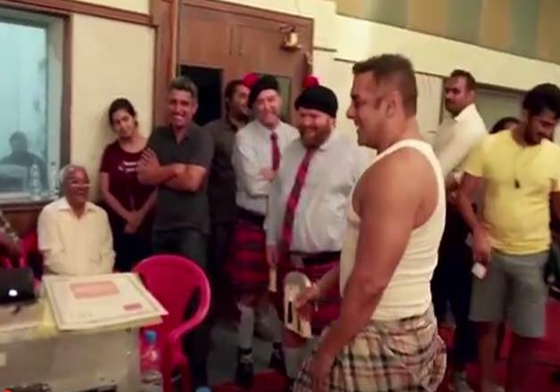 India Tv - Salman Khan copies Shah Rukh Khan, wears 'lungi' for Dixcy Scott