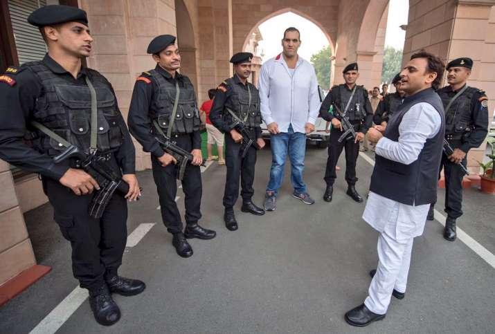 Akhilesh Yadav tweets picture with Great Khali