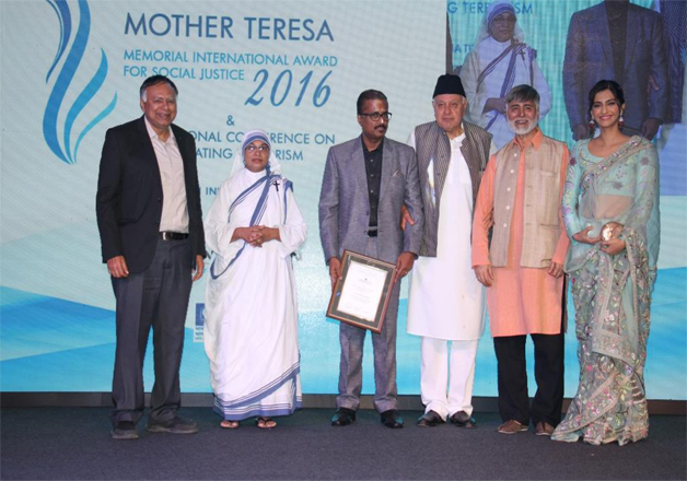 Sonam Kapoor receiving the award