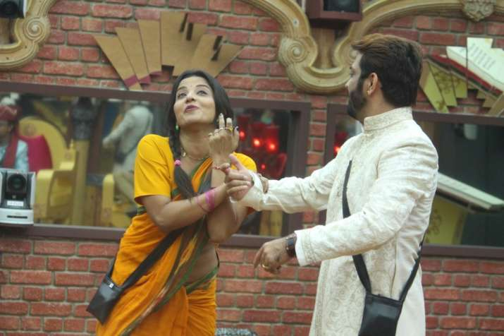 India Tv - Monalisa and Manu's closeness in Bigg Boss 10 has raised many eyebrows.