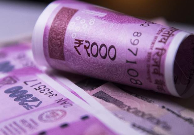 File pic - New Rs 2,000 note on display