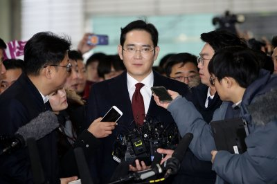 Prosecutors seek arrest warrant for Samsung heir in bribery