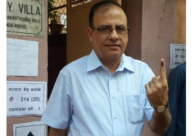 India Tv - Municipal Commissioner of Mumbai Ajoy Mehta casts his vote