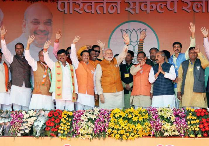 Modi with othes BJP leaders waves at crowd at an election