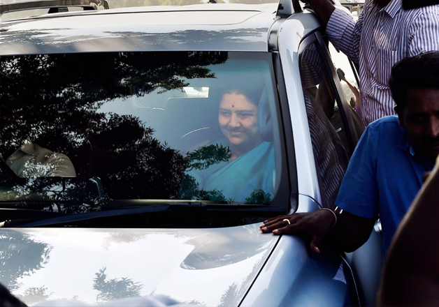 Sasikala in a surprise move arrives at the resort in