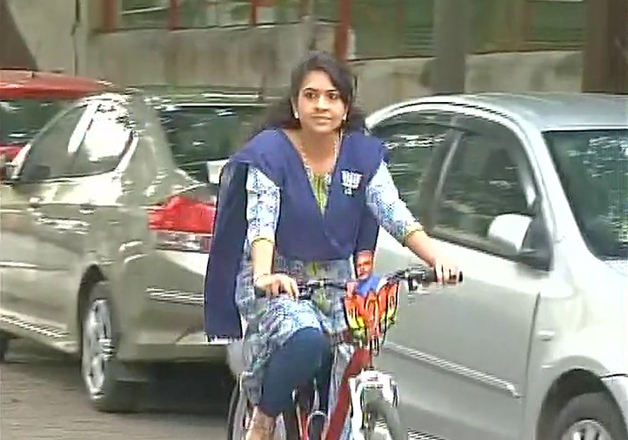 India Tv - Shaina NC arrived to cast her vote at Napansea Rd polling booth on a cycle