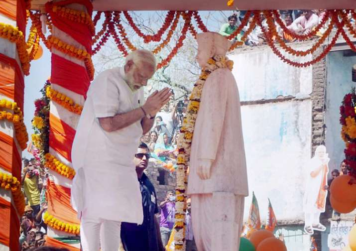 PM Modi paying tributes to former PM Lal Bahadur Shastri in
