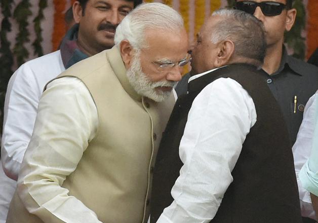 Modi and Mulayam exchange warm gestures during Yogi's