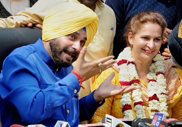 Navjot Singh Sidhu with his wife Navjot Kaur addressing