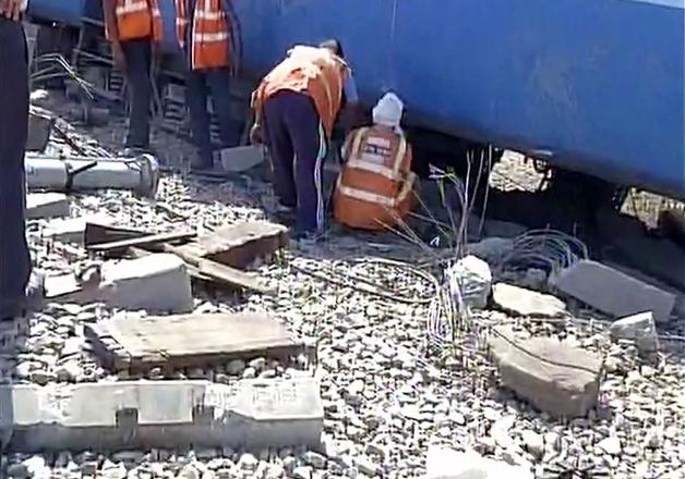 Eight coaches of Mahakaushal Express derail near Mahoba in