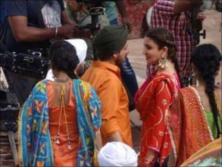Shah Rukh, Anushka make a perfect Punjabi couple for a song