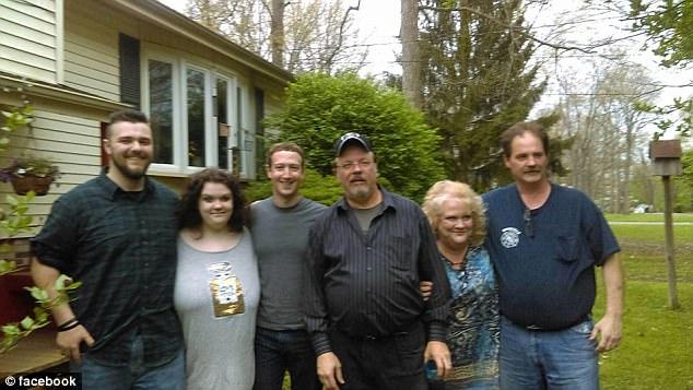 India Tv - Mark Zuckerberg with an Ohio family