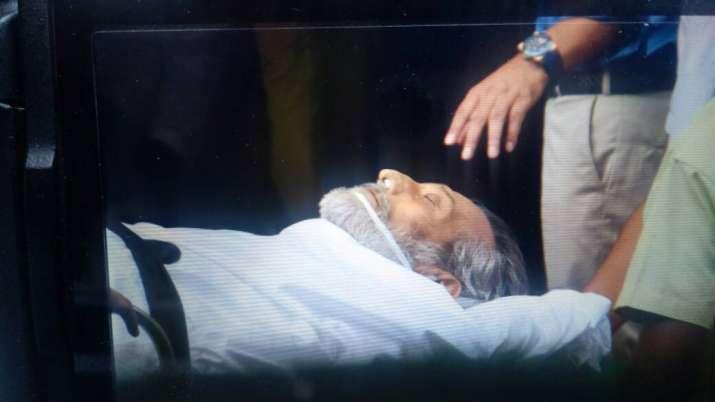 India Tv - Amitabh Bachchan, Rishi Kapoor attend Vinod Khanna's funeral, watch video