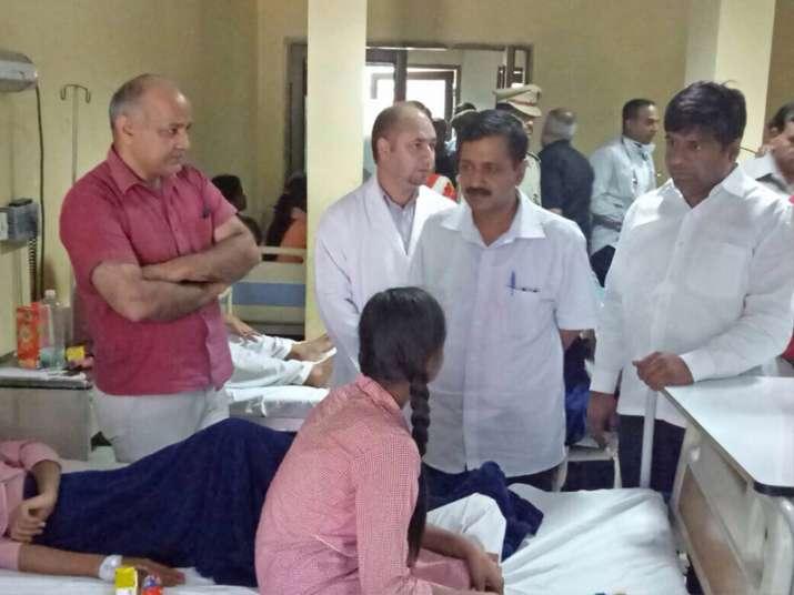 Kejriwal, Sisodia meeting students at one of the hospitals
