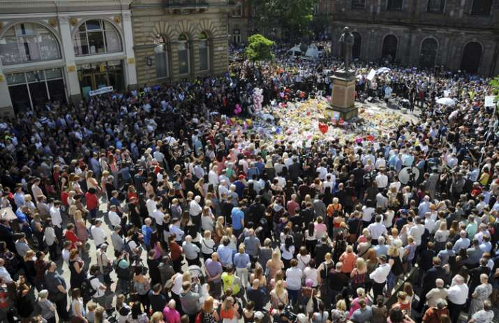 India Tv - Thousands of people gathered to pay tribute to Manchester attack victims