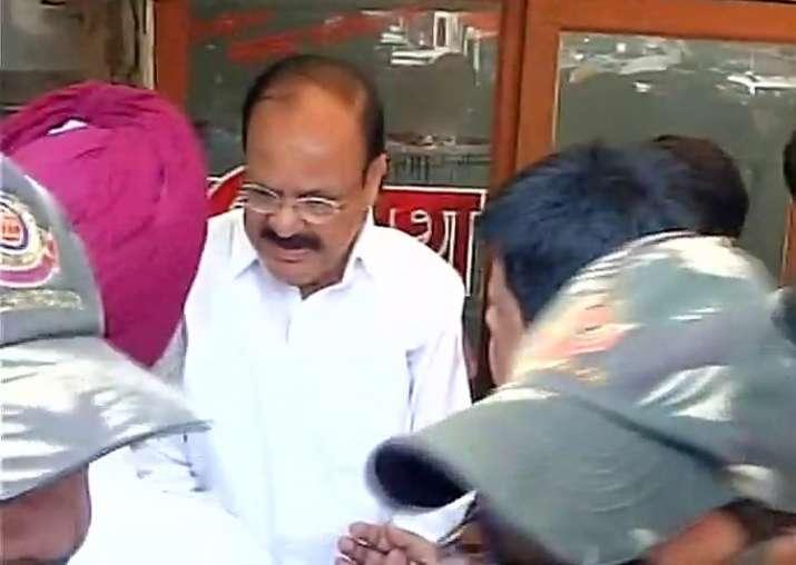 Venkaiah Naidu, Manoj Tiwari visit lynched e-rickshaw