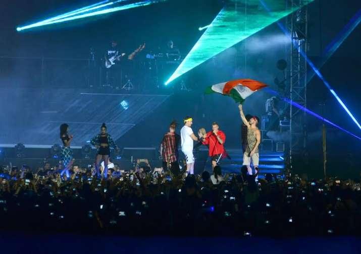 India Tv - Justin Bieber waves Indian flag