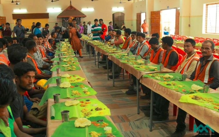 India Tv - They feasted on Sadhya, a traditional vegetarian meal in kerala on banana leaves