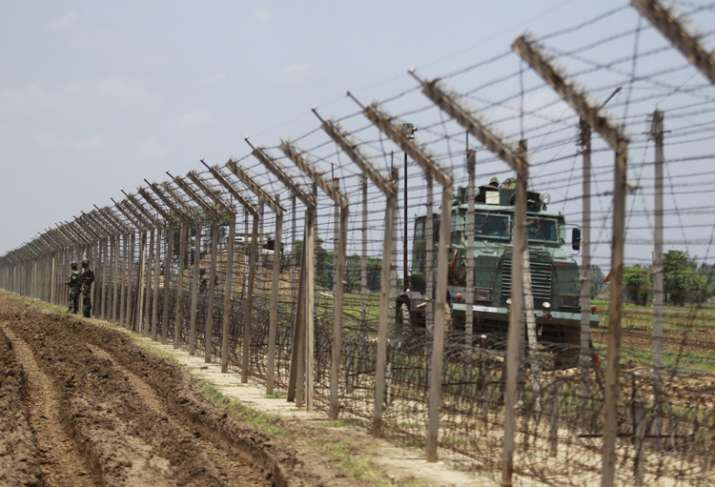 Pakistani army violates ceasefire on LoC, Indian troops