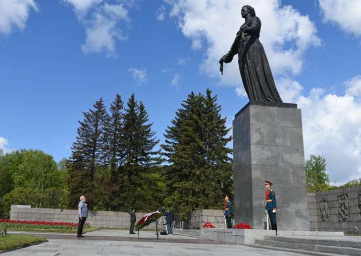 PM Modi pays tributes to WW-II victims at Piskarevskoe