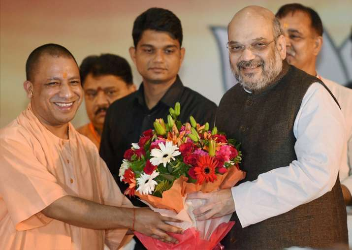 Amit Shah bieing welcomed by CM Yogi Aditiyanath at the