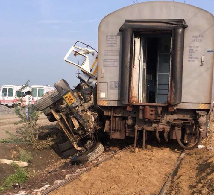 India Tv - Dumper that hit the Loco of Kaifiat Express in Auraiya in UP