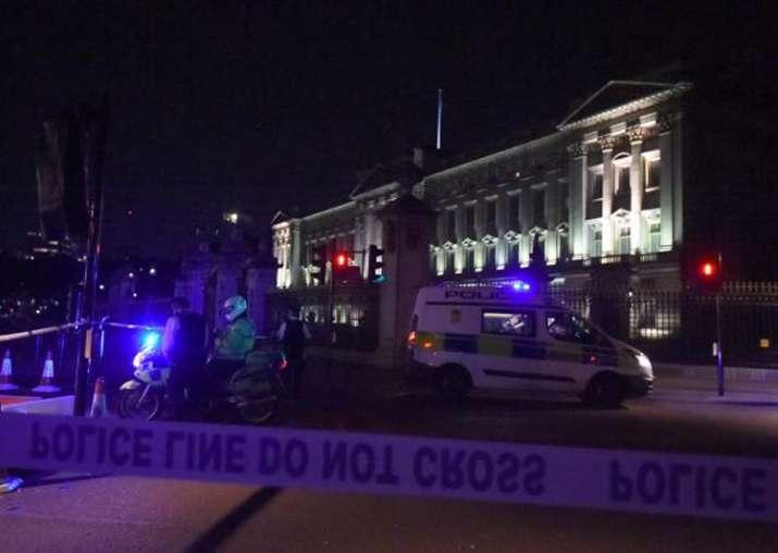 Sword-wielding man attacks police outside Buckingham