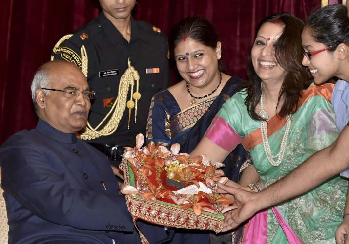 India Tv -  Women offer a present to President Kovind during Raksha Bandhan celebration