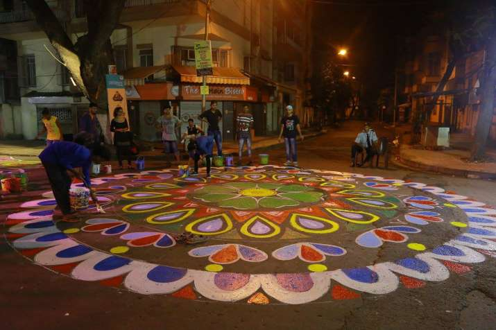 India Tv - College students of Kolkata painted the stretch of 1.4 km of Lake Road