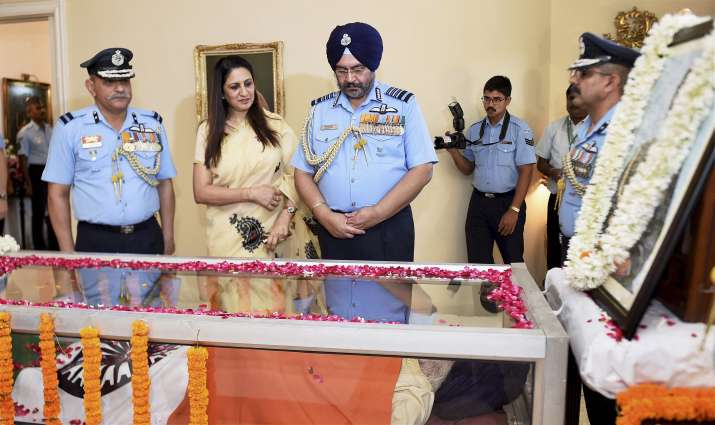India Tv - IAF chief BS Dhanoa pay final tributes to Marshal Arjan Singh