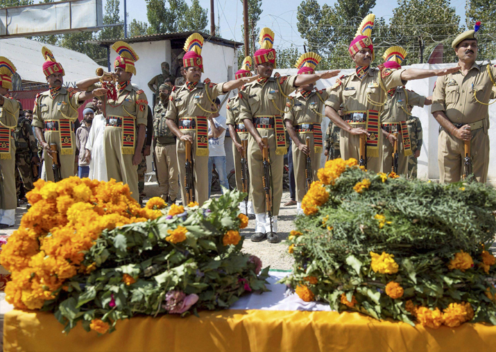 Police and BSF personnel paying tribute to soldier Rameez