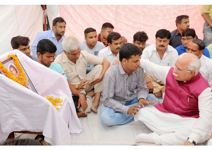 India Tv - Manohar Lal Khattar consoling Varun Thakur, father of Pradyuman