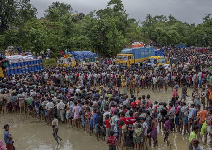 Rohingyas collecting food aid near Kutupalong refugee camp