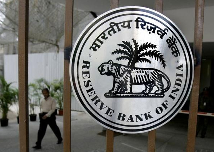 Linking bank accounts with Aadhaar mandatory, clarifies RBI