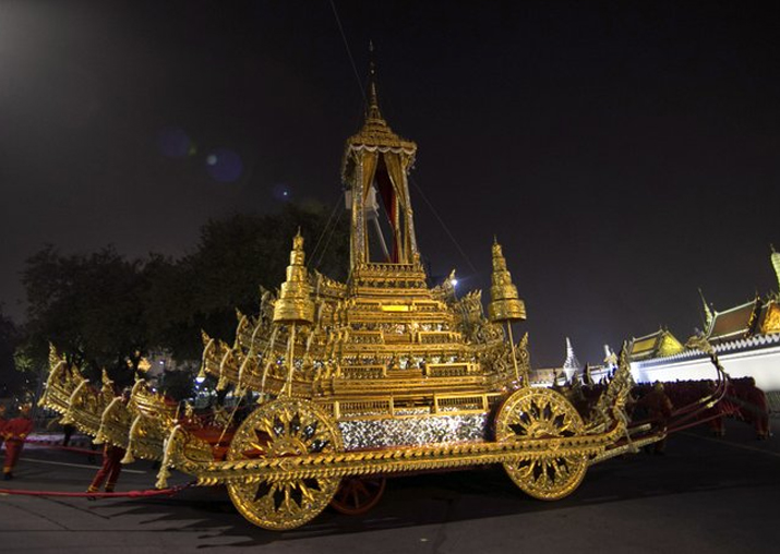 The royal officials pull to the royal chariot used to carry