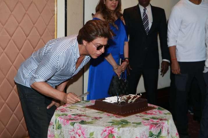 India Tv - Shah Rukh Khan cuts cake