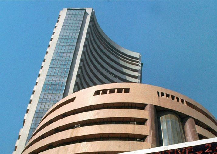 Sensex scales fresh high to close at 33,685; Nifty stays