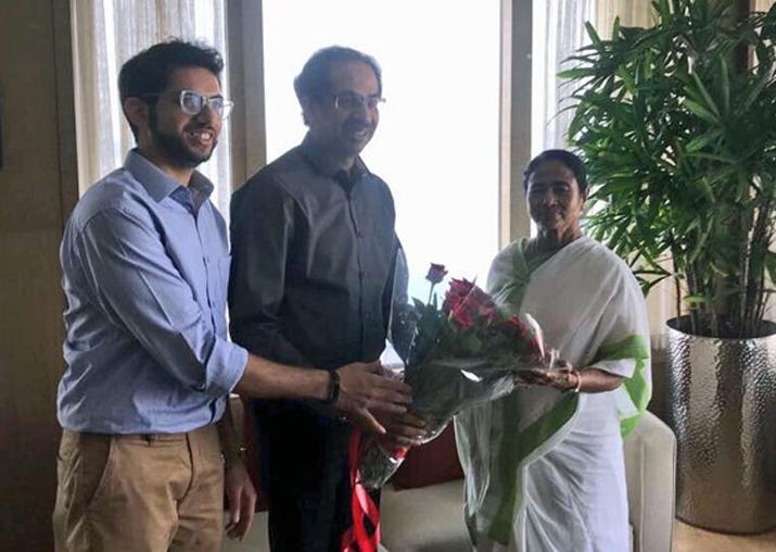 Uddhav Thackeray calls on Mamata Banerjee, fuels