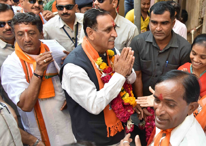 India Tv - Vijay Rupani during BJP's door-to-door campaign - 'Gujarat Gaurav Mahasampark Abhiyan' ahead of the assembly elections in Ahmedabad