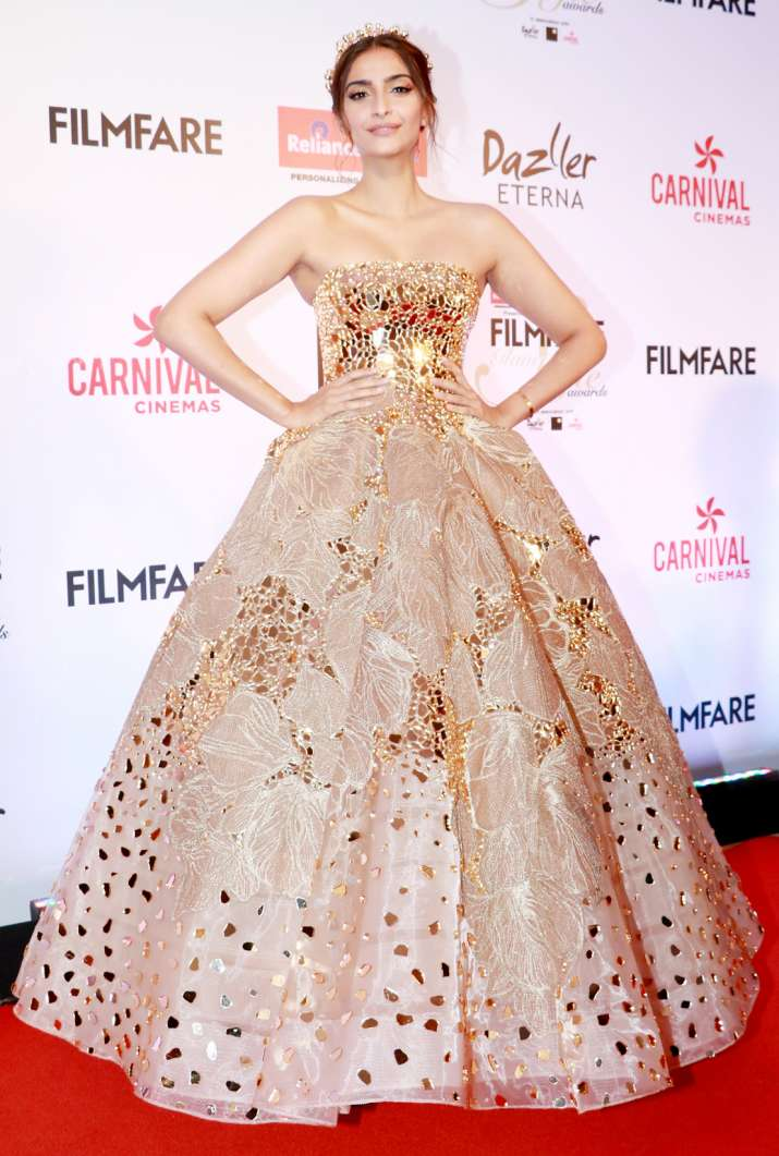 Sonam Kapoor stuns in golden gown at Filmfare Style and Glamour ...