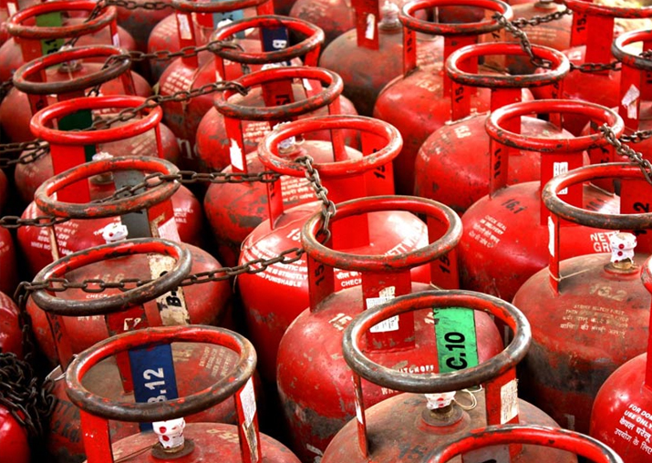 After Rs 76.5/cylinder hike, oil companies skip LPG price