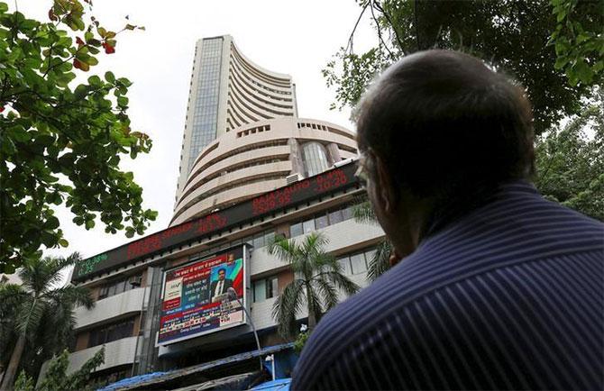 Sensex, Nifty extend losses as RBI maintains key lending