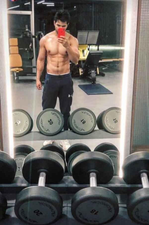 India Tv - Varun Dhawan taking a mirror selfie