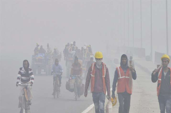 Delhi wakes up to cold morning, fog affects train service