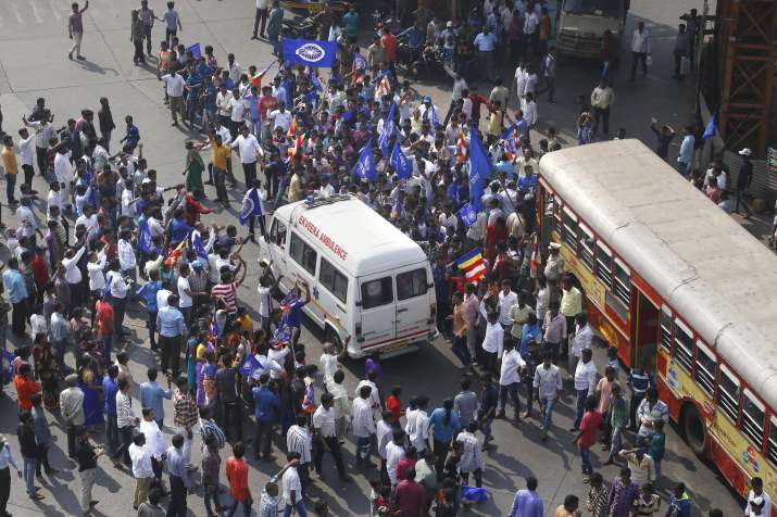 India Tv - Hundreds of Dalits thronged Dahisar checkpost, the critical entry point to Mumbai, and staged a road blockade, preventing traffic movement in both directions.