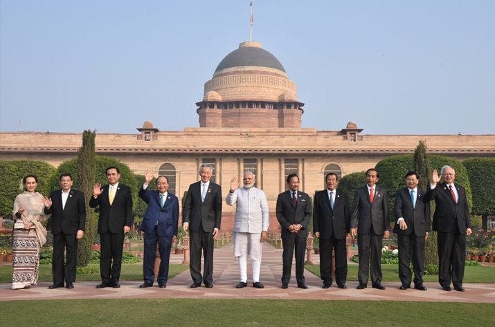 India Tv - PM Modi and ASEAN Heads of State/Governments at the Mughal Garden in Rashtrapati Bhawan.