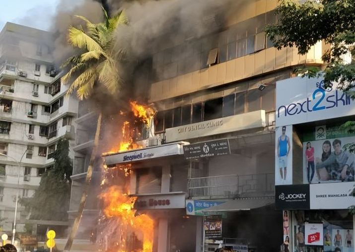 Massive fire breaks out at shopping center in Surat, 6 fire